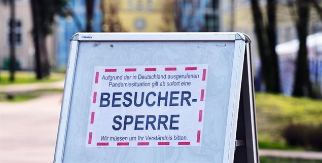 Keine Besucher: Mit diesem Schild informiert ein Krankenhaus in Brandenburg, dass Angehörige die Stationen nicht betreten dürfen. (Foto: pa/Stache)