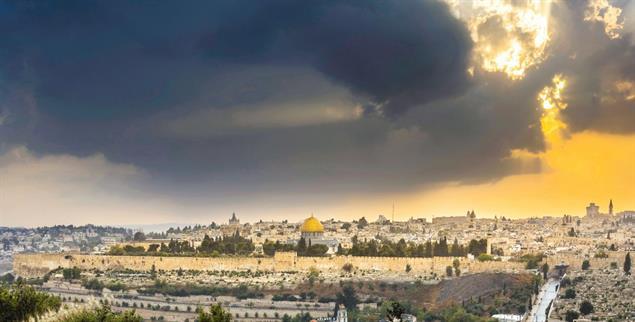 Dramatischer Himmel über Jerusalem: Der Streit um das Land ist religiös aufgeladen (Foto: istockphoto/John Theodor)