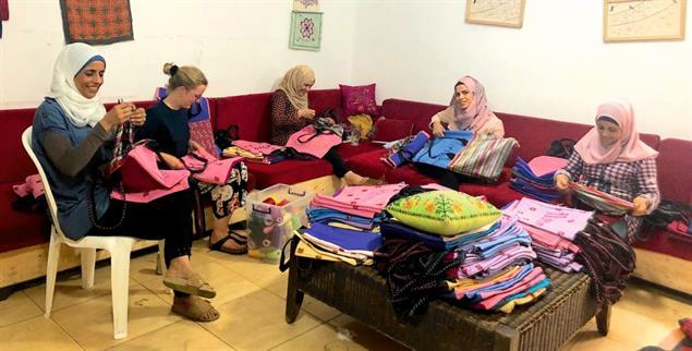 Großauftrag: Frauen im Flüchtlingslager Shatila in Beirut besticken gemeinsam mit einer Praktikantin Einkaufstaschen (Foto: Shatila)