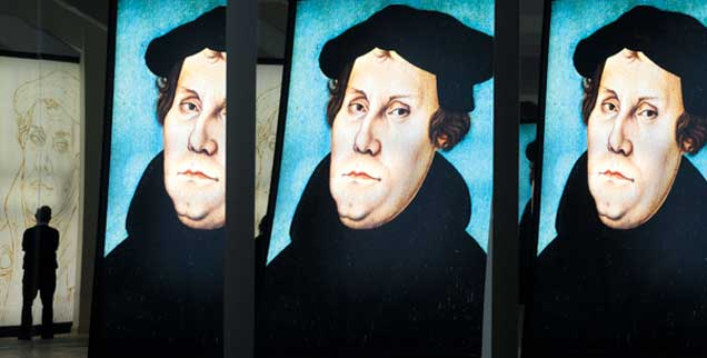 Was bleibt von Luther, 500 Jahre nach Beginn der Reformation? Blick auf ein sich mehrfach spiegelndes Lutherbild in der Ausstellung »Fundsache Luther«, die bereits 2008 im Landesmuseum für Vorgeschichte in Halle zu sehen war (Foto: pa/Endig)