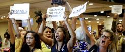 Wütende Unterstützerinnen der US-Demokraten kurz vor Beginn des Parteitags in Philadelphia: Die Wikileaks-Affäre um Parteichefin Debbie Wasserman Schultz hat die Umfragewerte für Clinton nach unten, für Trump nach oben gehen lassen. (Foto: pa/ap/Matt Slocum)