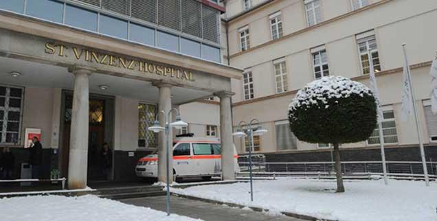 Das Eingangsportal des St. Vinzenz-Hospitals in Köln: Das katholische Krankenhaus wies ein Vergewaltigungsopfer ab;  ebenso tat es ein weiteres katholisches Krankenhaus der Stadt. Man wollte der Frau nicht die in solchen Fällen übliche »Pille danach« geben, weil sie nach strenger katholischer Lehre einer Abtreibung gleichkommt. (Foto: pa/Kaiser)