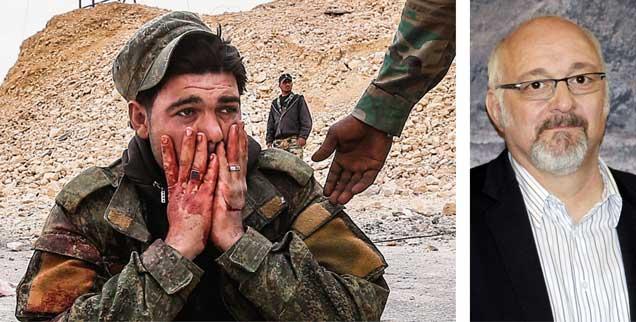 Krieg in Syrien: Ein verletzter Soldat der Regierungsarmee schaut mit Entsetzen auf die Verheerungen in Palmyra. Jürgen Grässlin (rechts) sagt: »Immer wieder tauchen deutsche Kriegswaffen in Syrien auf.« (Fotos: pa/Valery Sharifulin; pa/gbrci/Geisler-Fotopress)