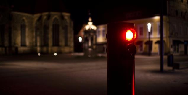 Ausgang verboten: Nach 22 Uhr darf man nur noch in Ausnahmefällen draußen unterwegs sein. (Foto: Kirchner-Media/Wedel)