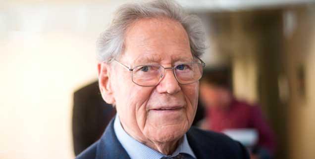 Hans Küng bei einem Fototermin im März 2015: Der aus der Schweiz stammende Theologe lebt und arbeitet seit Jahrzehnten in Tübingen. Hier ist auch seine Stiftung Weltethos angesiedelt. (Foto: pa/Naupold)