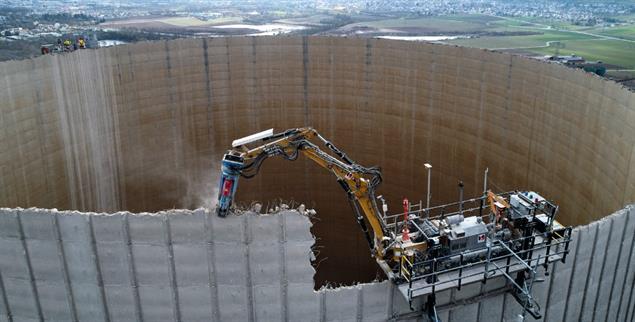 Runde für Runde: Mit einem speziellen Bagger wurde in den Jahren 2018 und 2019 der Kühlturm des Kernkraftwerks Mülheim-Kärlich abgerissen (Foto: pa/Frey)