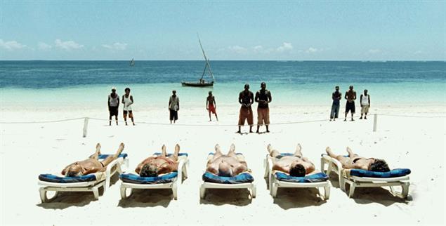 Szene aus dem Film »Paradies Liebe« von Ulrich Seidl: Am Diani Beach in Kenia treffen Menschen und Lebenswelten aufeinander  (Foto: ulrichseidl.com)