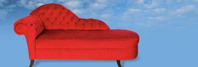 Schöne rote Chaiselongue, schöner blauer Himmel, und alles so herrlich schwebend leicht: So stellt man sich doch gern eine Therapiesitzung bei Gott vor, nicht wahr? (Fotos:  istockphoto/dogayusufdokdok; Niebrugge/Alamy Stock Photo)