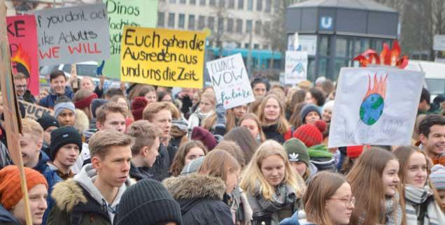 Schülerdemonstration in Frankfurt am Main: »Wenn ihr euch nicht wie Erwachsene verhaltet, dann tun wir es«, haben die Jugendliche auf ein Plakat geschrieben (Foto: Brüning)