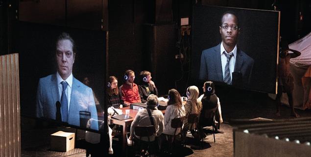 Theaterstück über den Kolonialismus: Die Inszenierung »Hereroland« am Thalia-Theater in Hamburg lässt die Zuschauer dieses dunkle Kapitel der deutschen Geschichte aktiv miterleben (Foto: Armin Smailovic/Thalia Theater)