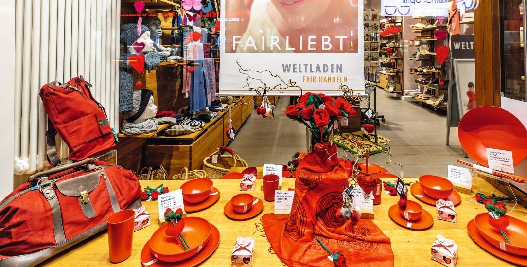 Will Lust aufs Einkaufen machen und neue Kunden ansprechen: Blick ins Schaufenster des Weltladens in Frankfurt-Bockenheim (Foto: Michael Sommer)