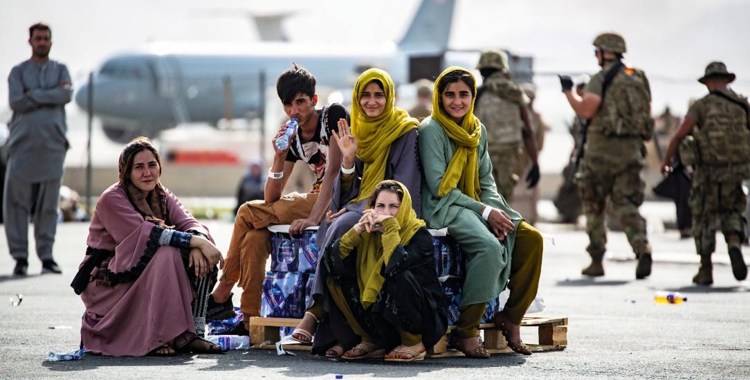 Glück gehabt: Eine Gruppe wartet während der Evakuierungsphase am Flughafen Kabul auf die Ausreis.e (Foto. pa/Zumapress)