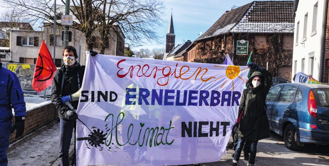 Gegen die Umsiedlung: Keyenberger und ihre Unterstützer demonstrieren für den Erhalt des Dorfes (Foto: Alexander Franz)