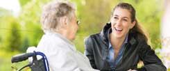 Ein Besuch im Altenheim ist eine von vielen Möglichkeiten, sich ehrenamtlich zu engagieren. Doch oft wird nur die Arbeit gegen Entgelt als »richtige« Arbeit angesehen. (Foto: kzenon/gettyimages/thinkstock)