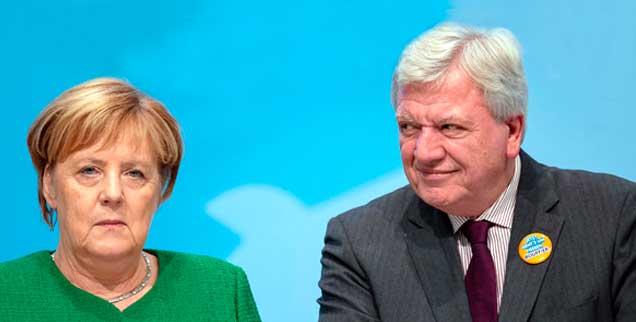 Volker Bouffier kann wohl, trotz großer Stimmenverluste der CDU, Ministerpräsident in Hessen bleiben und mit den Grünen weiterregieren, für Kanzlerin Angela Merkel hat die Hessenwahl dagegen gravierende Folgen: Sie kündigt ihren Abschied als CDU-Parteivorsitzende an (Foto: pa/Stein)