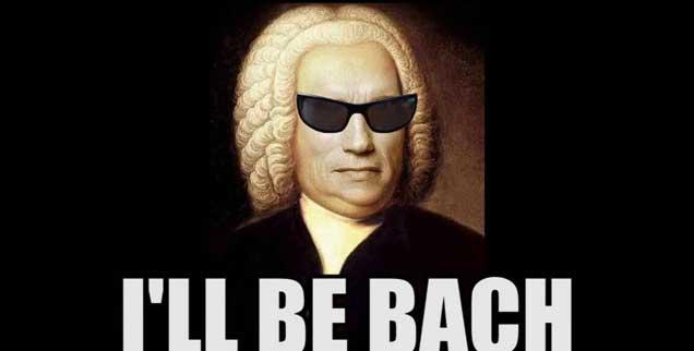 Bleiben nach der Urheberrechtsreform Memes wie das von Arnold Schwarzenegger mit Bachperrücke im Uploadfilter hängen? Viele befürchten, auch politischen Satiren und Protesvideos könnte es so gehen