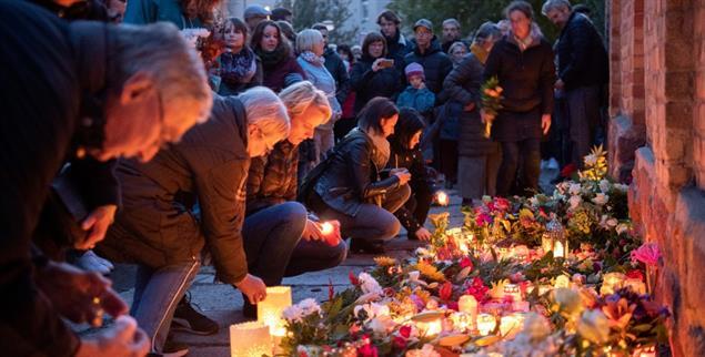 Halle an der Saale: Trauernde legen an der Mauer der Synagoge Blumen nieder und zünden Kerzen an. (Foto: pa/dpa/Soeren Stache)