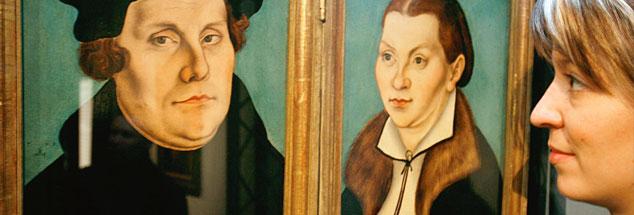"""Mensch Martin: Ein weiblicher Blick auf Martin Luther - hier neben seiner Frau Katharina von Bora in der Ausstellung """"Cranach im Exil"""", die 2007 in Aschaffenburg gezeigt wurde (Foto: pa/dpa/Daniel Karmann)"""