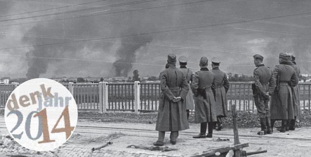 September 1939: Deutsche Soldaten vor dem brennenden Warschau. (Foto: pa/akg)