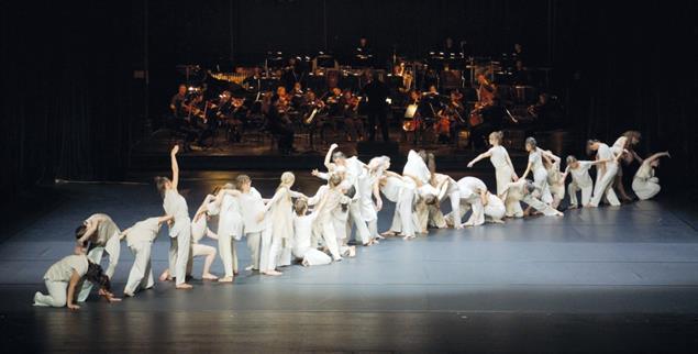 Tänzerinnen und Tänzer bei der Premiere von »Human« (Foto: Human project/Jannick Mayntz)