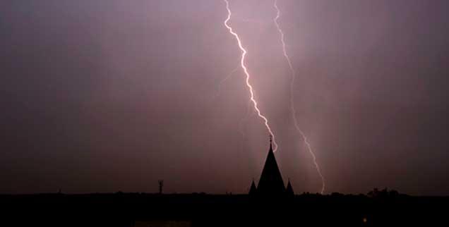 Der Blitz hat eingeschlagen: Die katholische Kirche Deutschlands erleidet momentan einen ungeheuren Imageverlust. (Foto: kamikazeflieger / photocase.com)