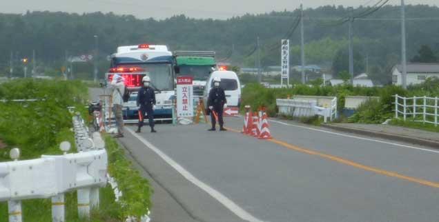 Zugang verboten: Die Zwanzig-Kilometer-Zone um das zerstörte Kernkraftwerk wird bewacht. Manche Japaner nennen sie inzwischen›das verfluchte Gebiet‹(Foto: Aar)